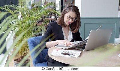 informatique, femme affaires, utilisation, heureux, jeune, ordinateur portable, café