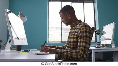informatique, homme, race mélangée, fonctionnement