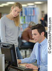 informatique, homme, utilisation, femme, surveiller