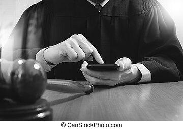 informatique, justice, marteau, concept.male, téléphone, table, bois, salle audience, juge, blanc, droit & loi, intelligent