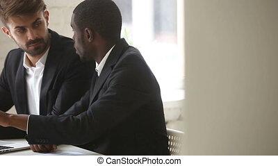 informatique, projection, pc, américain, client, africaine, homme affaires, présentation, caucasien