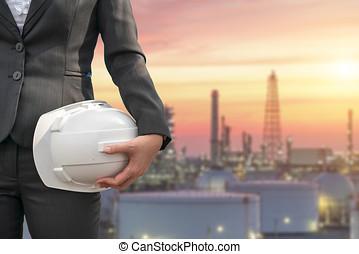 ingénierie, à, blanc, casque sûreté, debout, devant, raffinerie pétrole, structure bâtiment, dans, lourd, industrie pétrochimique