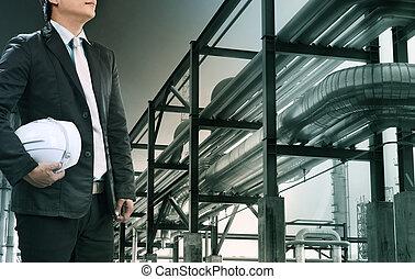 ingénierie, homme, à, casque sûreté, debout, contre, raffinerie pétrole, plante, dans, lourd, industrie pétrochimique, propriété, usage, pour, fossile, énergie, et, pétrole, puissance, topic