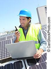 ingénieur, à, talkie-walkie, sur, photovoltaïque, installation