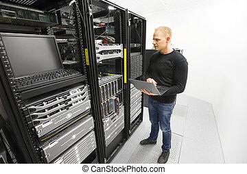 ingénieur, datacenter, maintient, il, serveurs