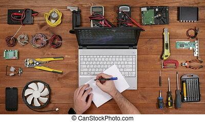ingénieur, diagram., dessine, sommet bois, papier, table, homme, réparateur, vue