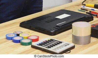 ingénieur, disassembles, bois, ordinateur portable, screwdriver., table, mâle, vue dessus