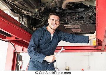 ingénieur entretien, tenant clé, quoique, debout, sous, voiture