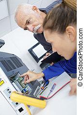 ingénieur, formation, femme, apprenti, sur, cnc, machine