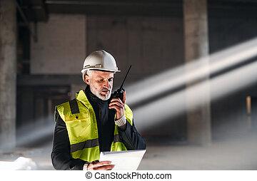ingénieur, homme, site., utilisation, walkie talkie, construction