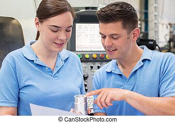 ingénieur, instruire, femme, apprenti, sur, usage, de, cnc, machine