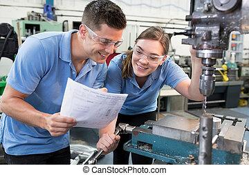 ingénieur, instruire, femme, apprenti, sur, usage, de, foret