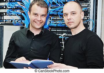 ingénieur, salle serveur, réseau, il