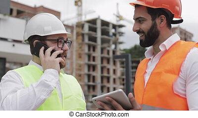 ingénieur, téléphone, mobile, constructeur, emplacement travail, vérification, construction, pourparlers, worker., phase, parle, chèques, smartphone., heureux