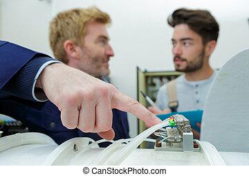 ingénieurs, entretien, câbles, vérification