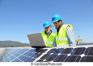 ingénieurs, vérification, panneau solaire, installation