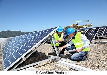 ingénieurs, vérification, panneaux solaires, courant