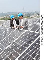 ingénieurs, vérification, panneaux solaires, installation