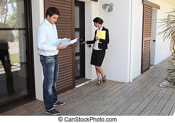 ingatlanügynök, épület, női, ember