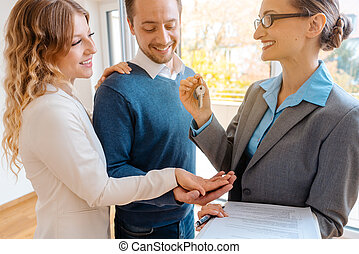 ingatlanügynök, bérlők, vevő, kulcs, épület, vagy, odaad