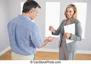 ingatlanügynök, birtok, odaad, vevő, aktatáska, megelégedett, kulcs