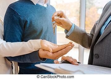 ingatlanügynök, nő, odaad, épület, párosít, kulcsok, closeup