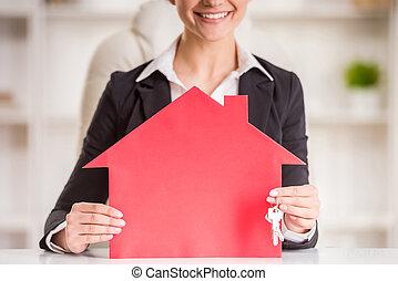 ingatlanügynök