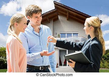 ingatlan tulajdon, odaad, épület, párosít, fiatal, ügynök, kulcs