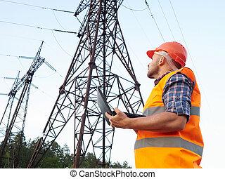 ingegnere elettrico, working., parlando telefono, e, lavorativo, lavorando, uno, laptop