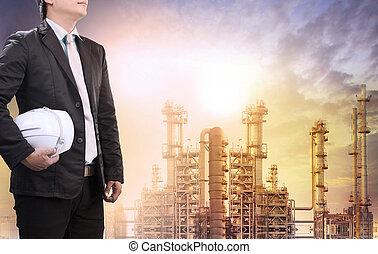 ingeniería, hombre, con, casco de seguridad, posición, contra, refinería de petróleo