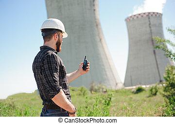 ingeniería, trabajo, en, el, central eléctrica, cheque, el, información, en radio, set.