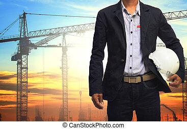 ingeniero, hombre, trabajando, con, blanco, casco de seguridad, contra, grúa, y