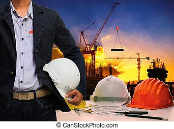 ingeniero, hombre, wit;h, blanco, casco de seguridad, posición, contra, trabajando