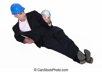 ingeniero, lazily, mentira en el piso, y, mirar fijamente, en, un, casa, hecho dinero