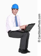 ingeniero, sentado, en, vacío, copyspace, con, un, computador portatil