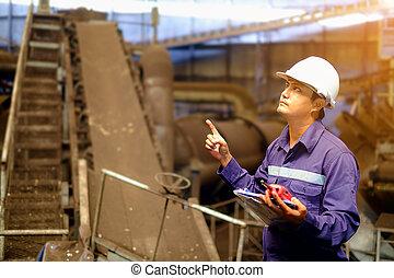 ingeniero, trabajando, en, el, línea de montaje, proceso, planta