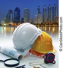 ingeniero, trabajando, tabla, con, casco de seguridad, y, escritura, equipo