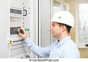 ingenieur, controleren, krachtinstallatie, parameters