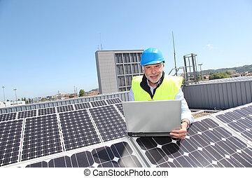 ingenieur, controleren, photovoltaic, installatie