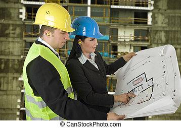 ingenieur, en, klant, op, bouwterrein