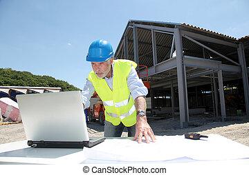 ingenieur, met, veiligheid, helm, op, gebouw stek