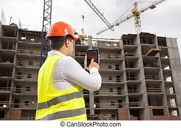 ingenieur, op, bouwterrein, met, digitaal tablet