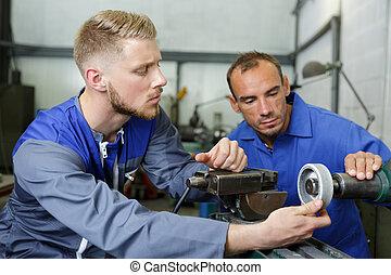 ingenieure, zwei, arbeitende , maschinerie, mann, zusammen