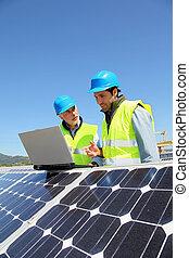 ingenieurs, controleren, zonnepaneel, opstelling