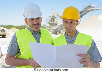 ingenieurs, plan, het kijken, bouwterrein, bouwsector