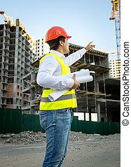 ingenjör, in, hardhat, och, säkerhet skyddsomslag, kontroll,...