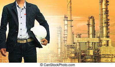 ingenjörsvetenskap, man, och, säkerhet hjälm, stående, mot, oljeraffinaderi