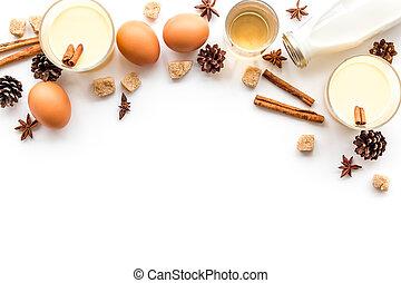ingredienti, per, eggnog., uova, latte, cannella, whisky, bianco, fondo, vista superiore, copyspace