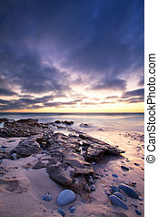 inizio mattina, paesaggio, di, oceano, sopra, riva rocciosa, e, ardendo, alba