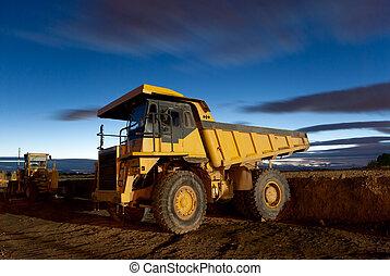 inmenso, auto-dump, amarillo, camión minero, noche, tiro, y, excavador